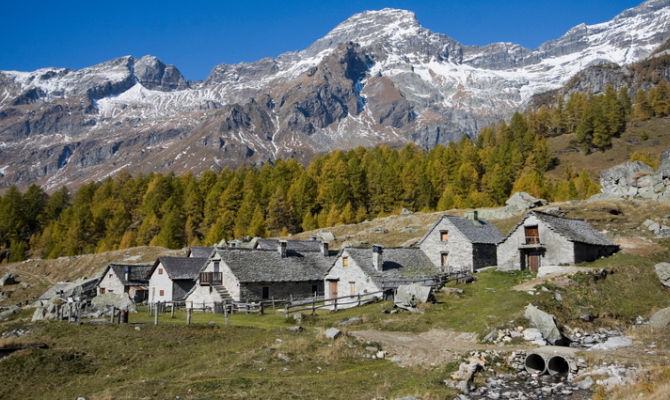 Case Di Montagna In Pietra : Caratteristica casa di montagna in pietra como in permuta rustico